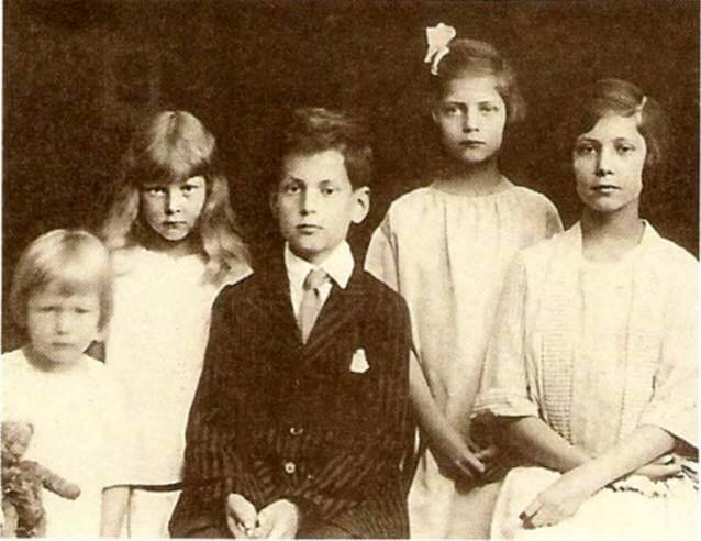 Дети Васильчиковых: Георгий, Мария (Мисси), Александр, Татьяна, Ирина. Фото 1922 г.