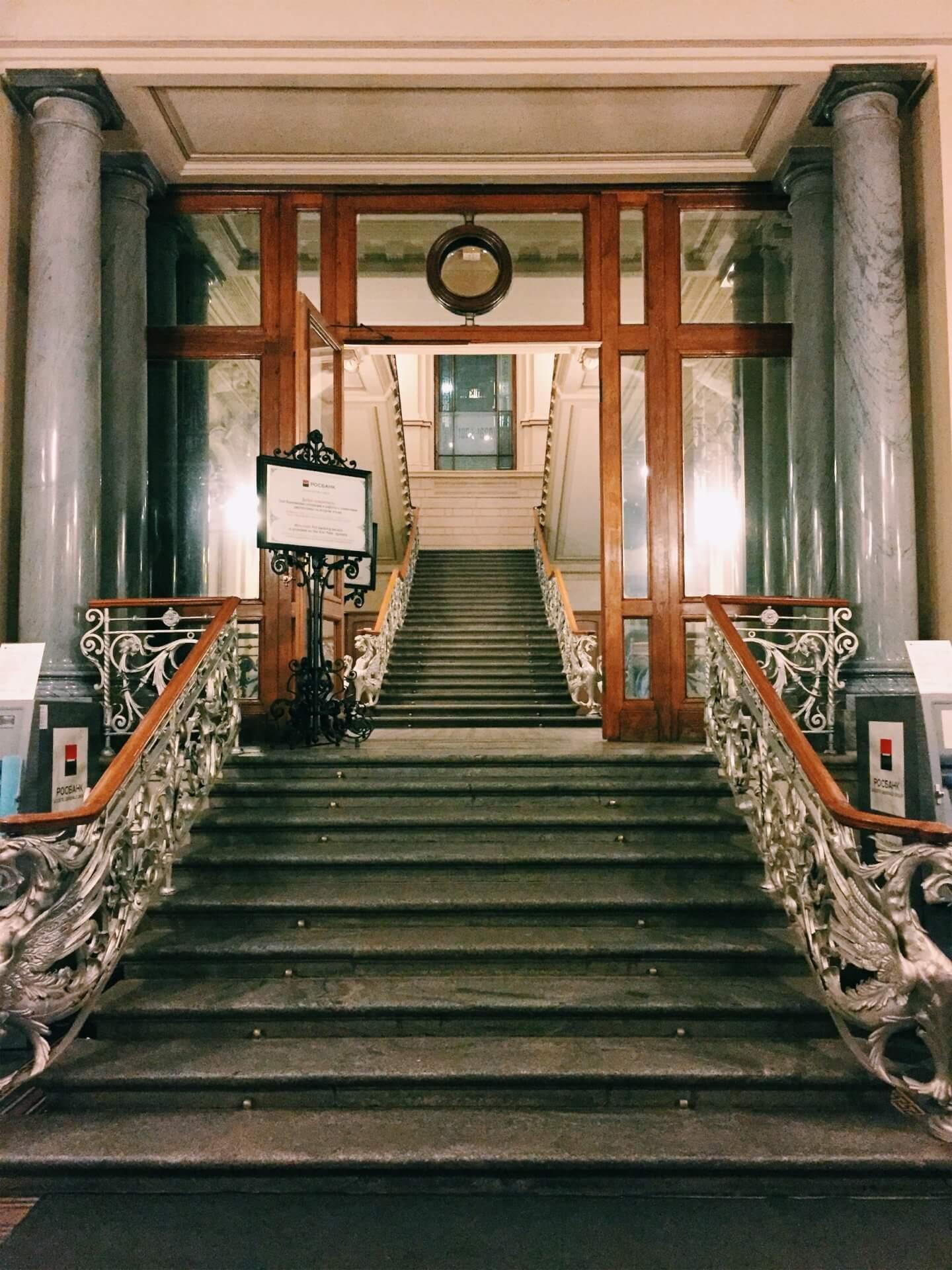 Главная лестница, ведущая в операционный зал