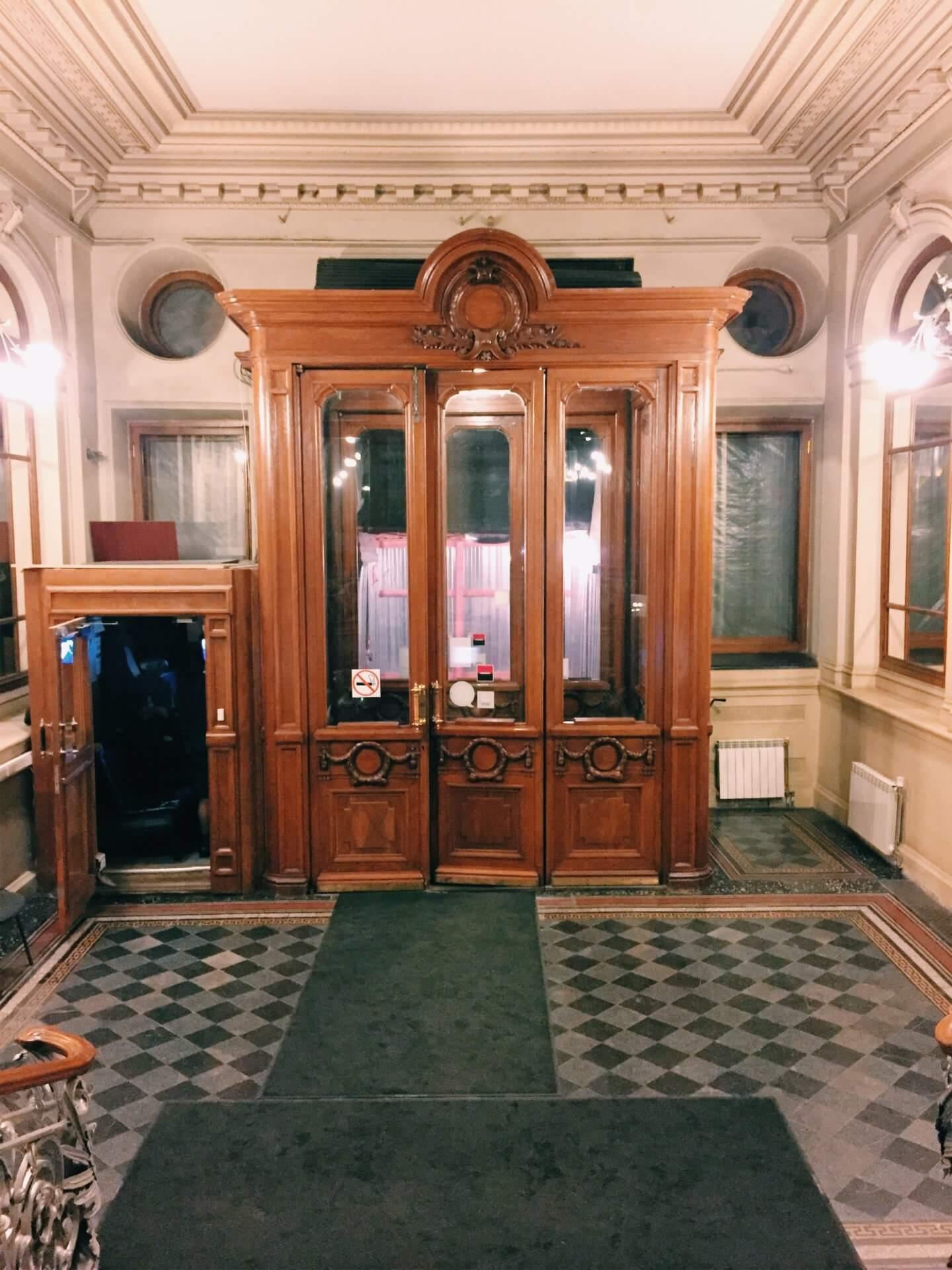 Вход в вестибюль здания