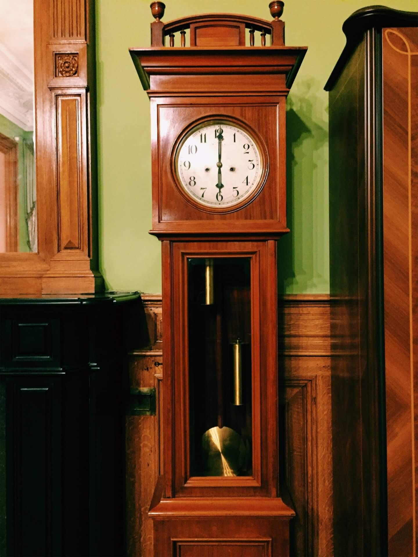 Часы фирмы Павла Буре в кабинете председателя банка