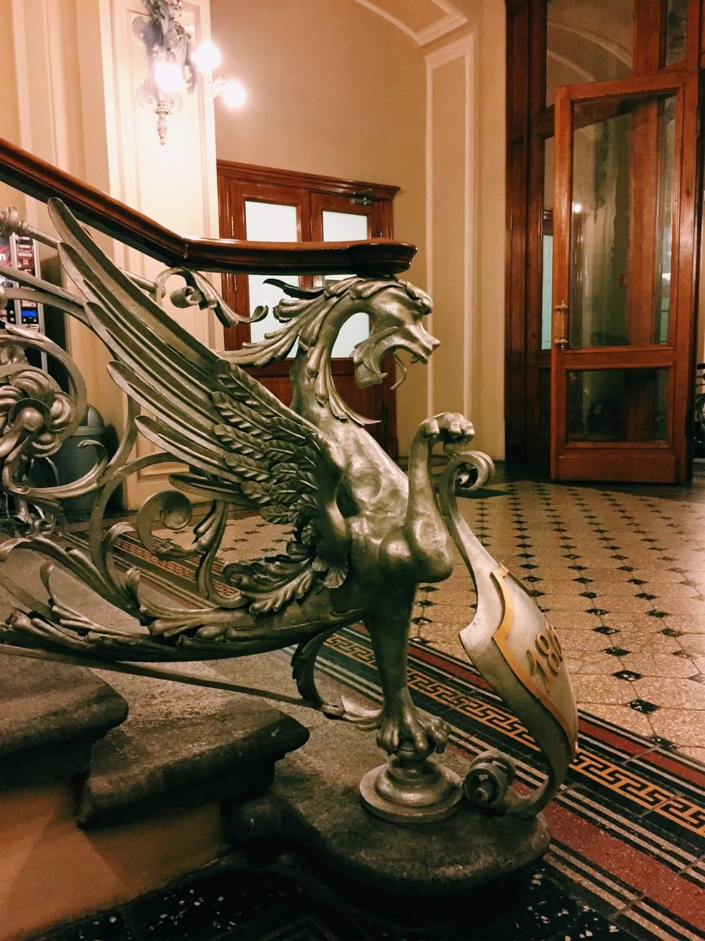 Дракон-хранитель сокровищ украшает главную лестницу